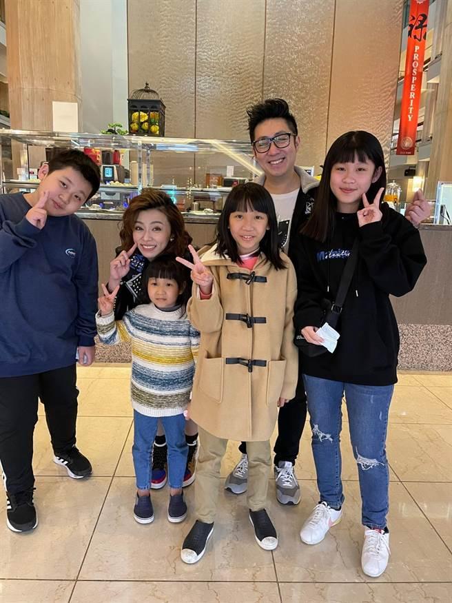 王瞳(後排左二)、艾成(後排右二)遇到粉絲熱情合照。(民視提供)