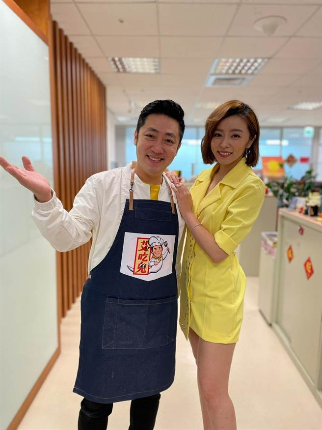 艾成將主持直播節目,老婆王瞳特地送祝福。(民視提供)