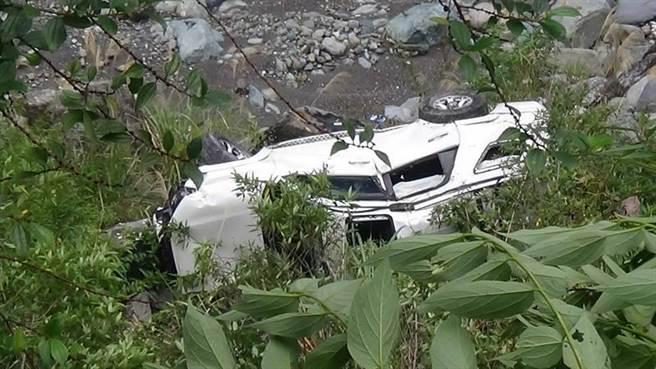 大型休旅車摔落15米深溪床。(警方提供/王志偉花蓮傳真)