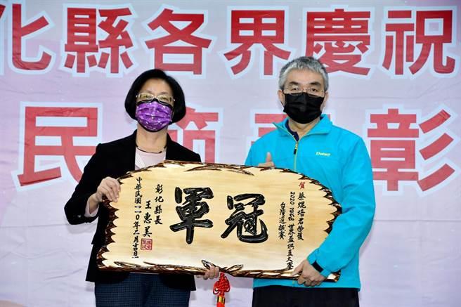 蔡焜培(右)在彰化鹿港經營小木屋設計營造業者,因愛喝咖啡自己鑽研從興趣變成專業,榮獲2020年WCE世界盃烘豆冠軍,彰化縣長王惠美(左)盛讚他是彰化之光。(謝瓊雲攝)