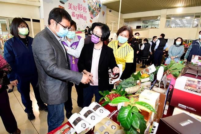彰化縣長王惠美(右二)驕傲表示彰化縣農業發展在全台是數一數二,近2千名青農返鄉從農,生產許多優質農特產品。(謝瓊雲攝)