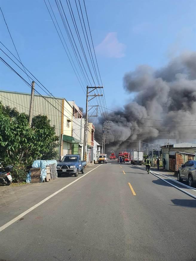芦兴南路一路铁皮工厂发生火警。(姜霏翻摄)