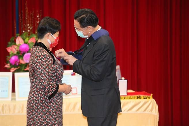 吳釗燮頒發外交之友貢獻獎章予高雄醫學大學關皚麗教授。(張鎧乙攝)