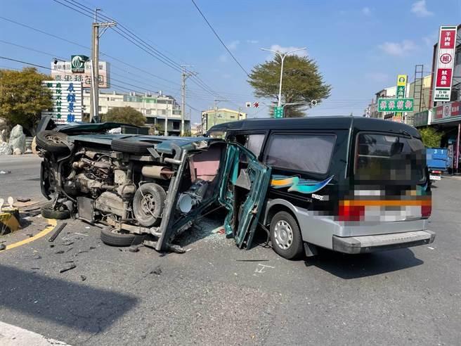 胡姓男子駕駛的綠色廂型車,當場翻覆,四腳朝天,車體嚴重變形。(民眾提供/吳建輝彰化傳真)