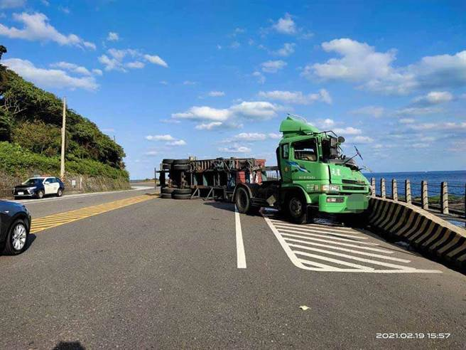 一辆货柜曳引车今(19日)下午3时许,行经新北市贡寮区台2线113.5公里处、往宜兰方向,疑因不明原因翻覆。(叶书宏翻摄)