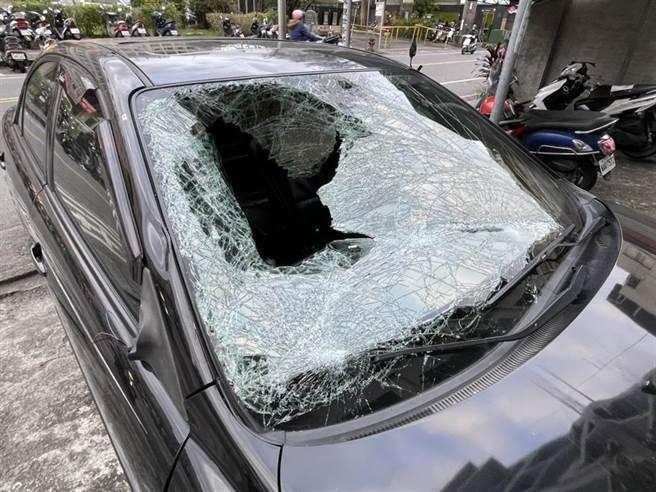 自小客车高速撞上路人后,路人弹飞起来将副驾驶座的挡风玻璃撞破一个大洞。 (读者提供/胡健森宜兰传真)