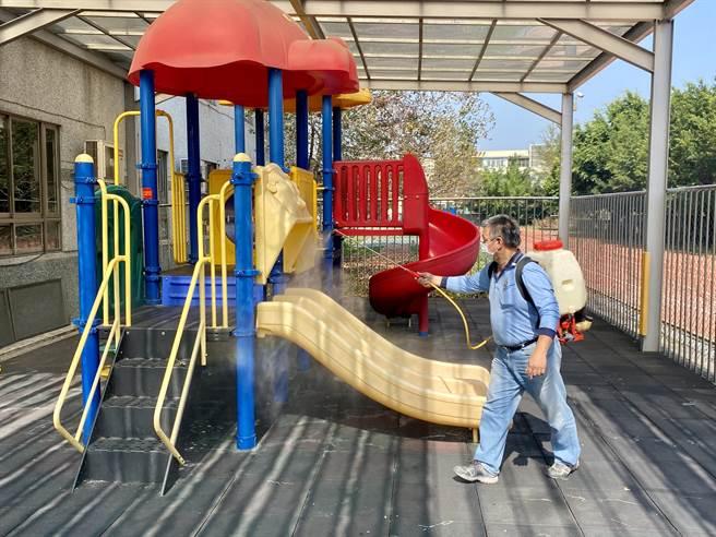 繼續堅守防疫圈,並確保開學前校園環境安全,投縣府19日全面啟動校園清潔工作。(黃立杰攝)