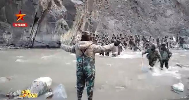 大陸《央視軍事》頻道19日首度發布紀錄片,悼念去年6月在加勒萬河谷與印度軍隊發生大規模衝突而犧牲的4名解放軍戰士。(圖/央視畫面截圖)
