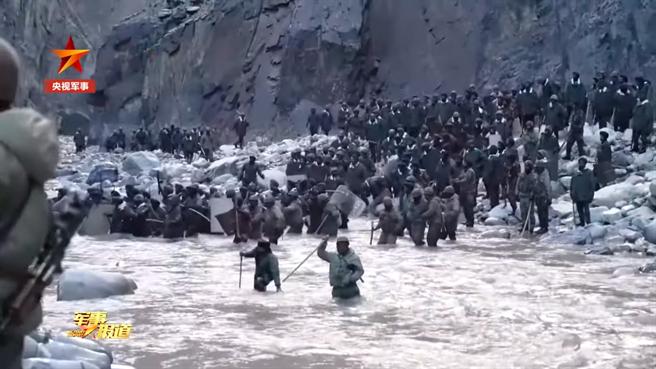 大陸《央視軍事》頻道19日首度發布紀錄片,為去年6月在加勒萬河谷與印度軍隊發生大規模衝突而犧牲的4名解放軍戰士悼念。(圖/央視畫面截圖)