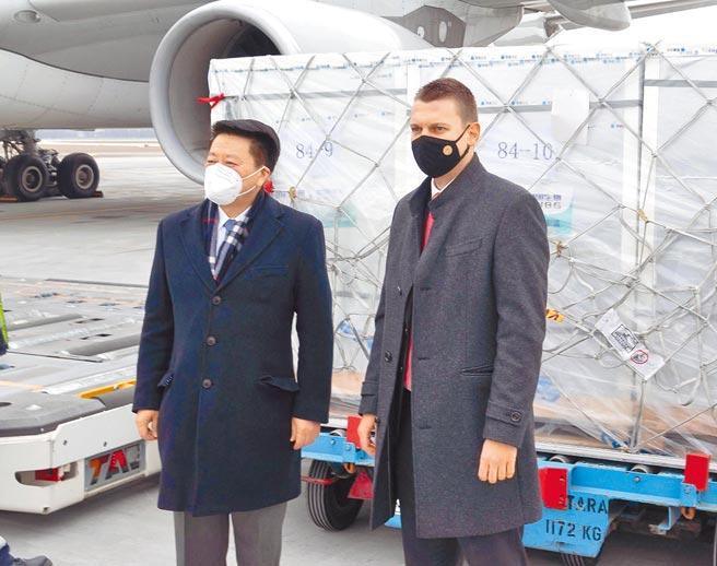 匈牙利外交與對外經濟部國務秘書門採爾.陶馬什(右)和中國駐匈牙利大使齊大愚,在機場迎接中國出口匈牙利的首批新冠疫苗。(新華社)