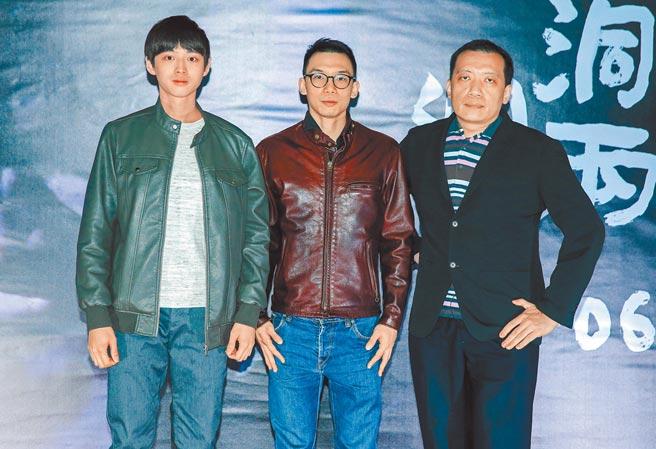 古峰(左起)、導演王逸帆、黃大旺昨出席《洞兩洞六》首映,大談當兵趣事。(粘耿豪攝)
