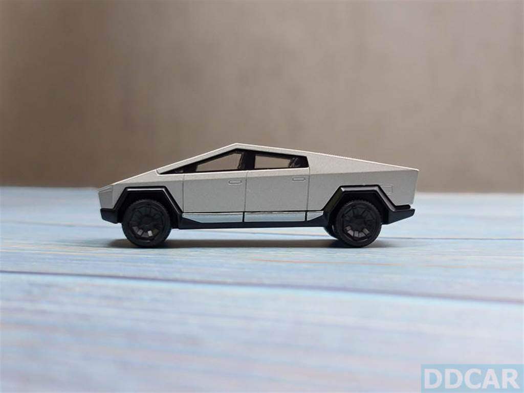 車身是金屬殼,漆質和開模都在水準以上,忠實呈現 Cybertruck 銳利線條那種硬朗感。