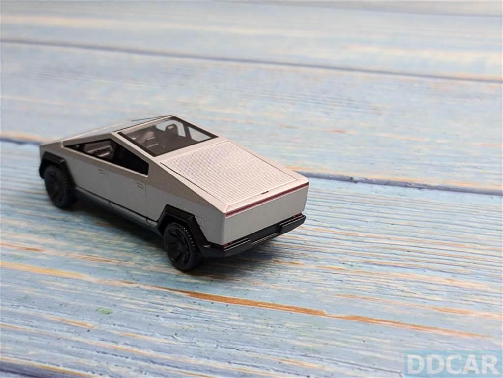 模型車的屁股也是有玄機,Cybertruck 實車是有設計捲簾式的後斗門,那模型車也有變通的方法。