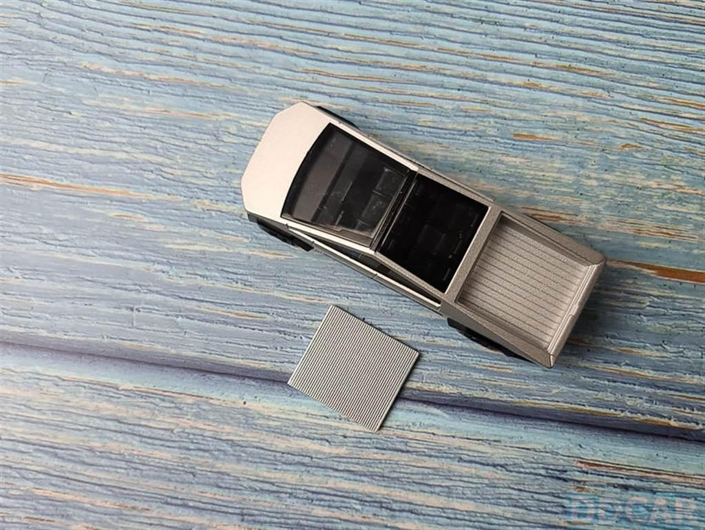 一個小缺憾,是這片背蓋沒有固定卡榫,所以是「放」在上面,車子一反過來就會掉。
