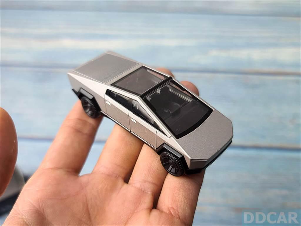 由於車體多數都是金屬製,重量不輕、手感偏沉,是部紮紮實實的模型車。