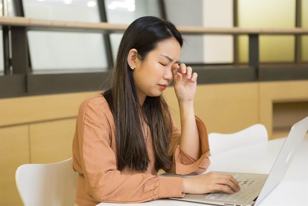 長時間使用3C,導致人們雙眼乾澀、眼睛疲勞,眼疾已是普遍的文明疾病。(圖/中時新聞網攝)