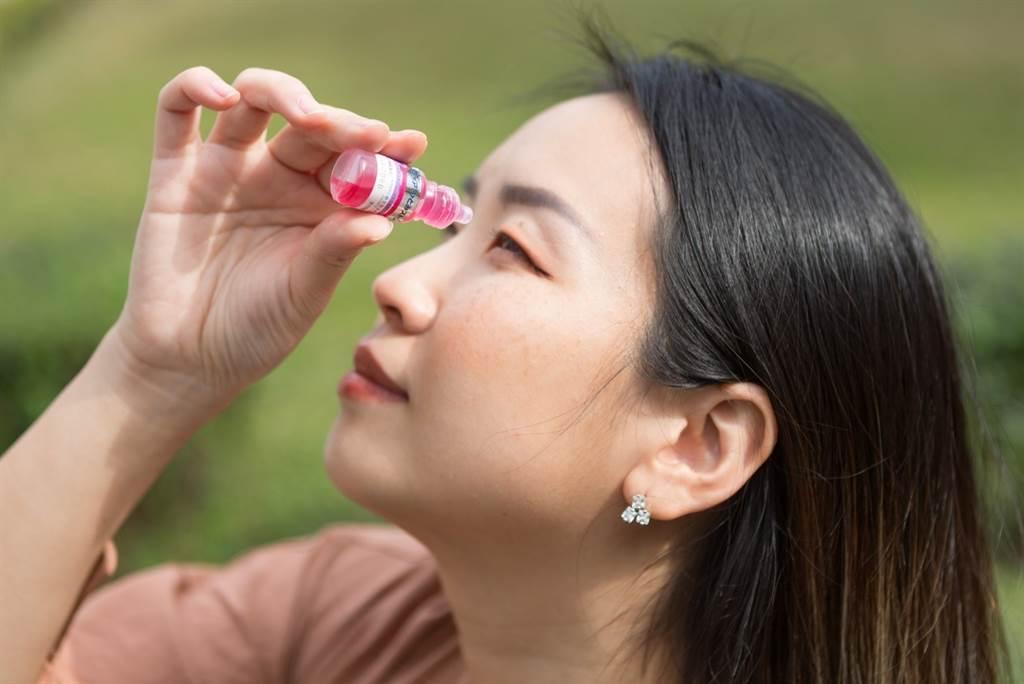 「參天柔潤人工淚液點眼液」與「參天潤澤眼藥水」皆不含防腐劑,且採用新鮮密封滴頭,適用於裸眼、配戴隱形眼鏡族群。(圖/中時新聞網攝)