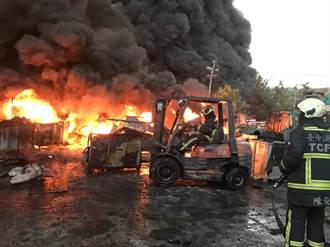 后里橡膠廠凌晨大火 延燒5小時廠房全毀濃煙蔽天