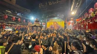 台南天公廟人多到漫出來 網全傻眼:卡住了