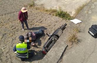 男摔落2米深田埂面趴哀號 警循聲救援無助男子