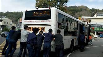 公車廟前抛錨 警化身土地公使出洪荒之力救援