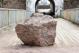 修路挖出2千年前罗马磨石 惊见一大根考古学家震惊