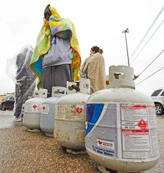 排隊提水吃罐頭 德州如第三世界