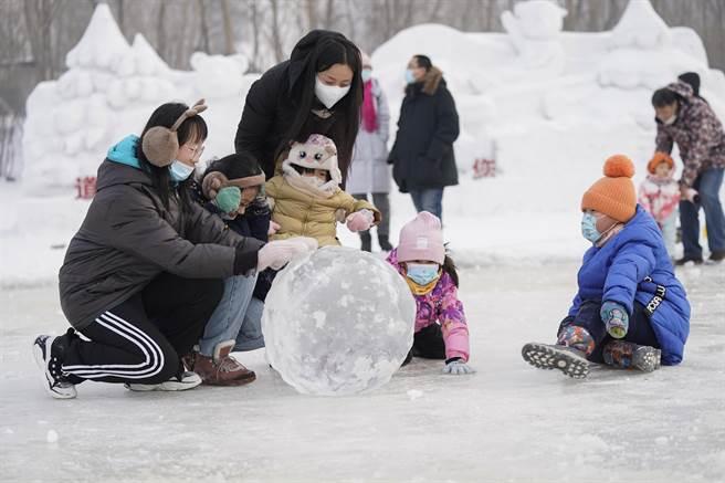 孩子們在哈爾濱體育公園中心兒童滾冰場內滾冰球。(中新社)