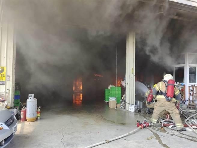 台南市安南区一处汽车保养厂今日中午传出火警,经灌救后,所幸并无人员受困伤亡。(读者提供/李宜杰台南传真)