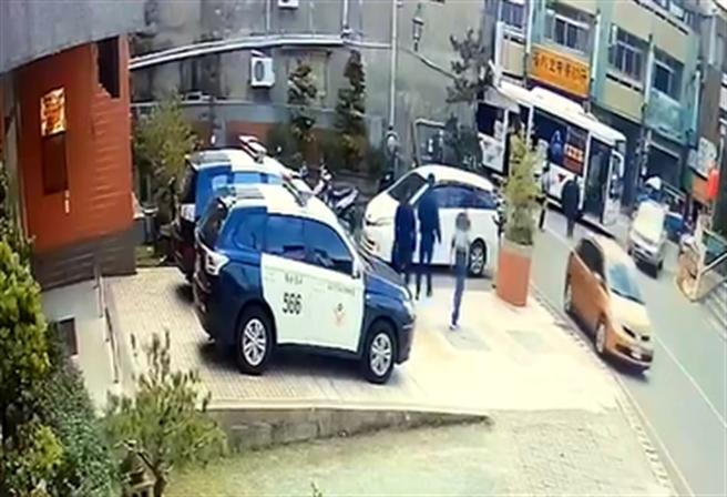 台中市东山派出所的中午用餐时间,突然一位民眾慌张跑进派出所求救,原来这位民眾表示车子刚好坏在大坑圆环附近,希望警方能协助推车到道路旁。(图/警方提供)