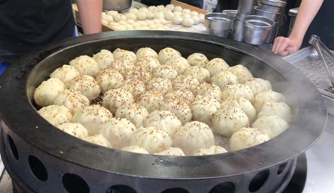 生煎包是來自上海的傳統美食,也是眷村老兵們懷念的家鄉味。(攝影/陳宏睿)