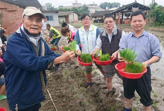 台南後壁無米樂「崑濱伯」黃崑濱(左一)辭世,享耆壽93歲,他生前對推廣在地稻米產業文化不遺餘力,備受地方敬重。(資料照片)