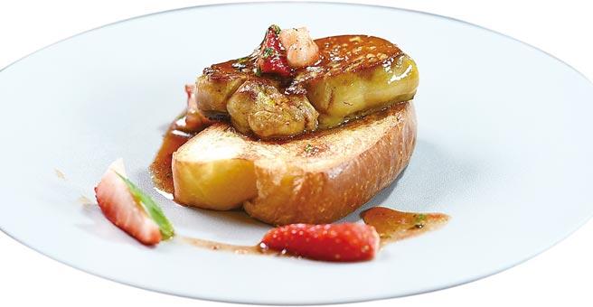 台北晶華酒店以當令草莓結合肥美鴨肝製作鹹食〈草莓揪肝心〉,是今年最有創意與最美味的草莓食。圖/姚舜