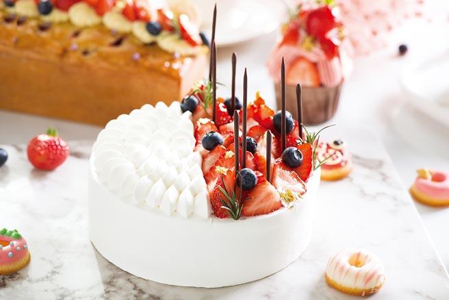 礁溪寒沐酒店「美莓假期」推出〈莓麗佳人6吋戚風蛋糕〉,形色如雪地上的草莓園,嬌豔欲滴勾引誘人味蕾,一刀切開後,兩層夾餡填滿香草鮮奶油與草莓片。圖/業者提供