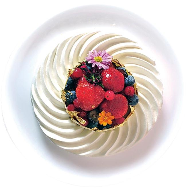 台北凱撒飯店的〈草莓果漾雪戀〉,使用日本進口的金玫瑰麵粉製成口感輕柔蓬鬆的戚風蛋糕體,搭配絲滑順口兵庫縣中澤鮮奶霜與新鮮草莓點綴。圖/業者提供