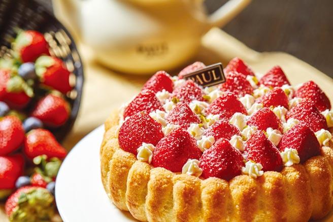 Paul的〈草莓芙蕾雅夏洛特〉以手指餅乾圍邊,海綿蛋糕為底,加上法國特有的BAVAROISE(奶香蛋黃餡),再擺上草莓與鮮奶油製成香緹點綴。圖/業者提供