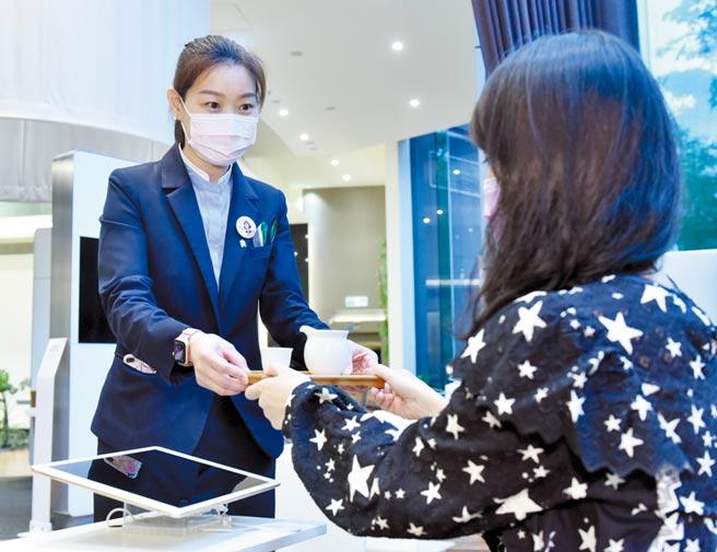 渣打銀行以顧客為中心,主動關懷客戶,提供有溫度的服務。圖/顏謙隆