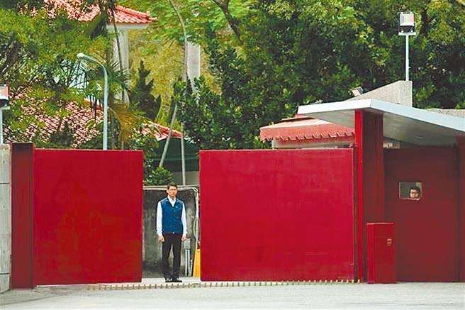 鍾姓男子2020年5月對總統官邸「投石陳情」,遭警方依違反《社會秩序維護法》送辦,台北地院認為不構成《社維法》「滋擾」要件,裁定不罰確定。(本報資料照片)