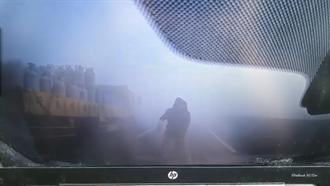 【西濱車禍】恐怖瞬間!男遭撞飛白霧中 倒地爬起再被後車追撞瓦斯桶狂射