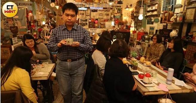 全盲的咖啡店工讀生晉宏,端著沖好的熱咖啡走在狹窄的咖啡店內,猶如明眼人般靈活自如。(圖/趙世勳攝)