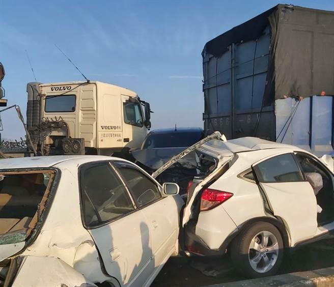 台61線西部濱海快速道路發生重大車禍!雲嘉大橋北上254公里、嘉義縣、雲林縣交界處,今天上午7時31分許驚傳死亡重大連環車禍,現場逾14部車撞成一團,滿地瓦斯桶。(翻攝台中踢爆網)
