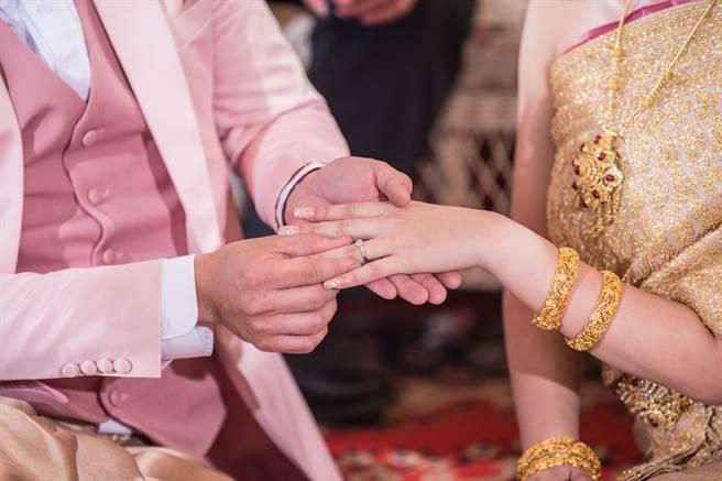泰國男警背著妻子迎娶小三,誇張的行為連媽媽都看不下去,帶著媳婦闖進婚禮現場暴打兒子。(示意圖/達志影像)