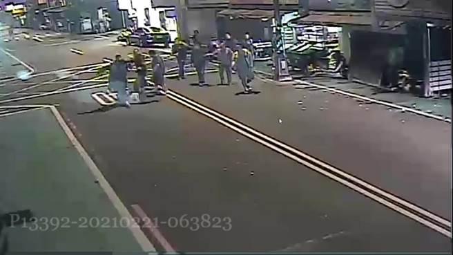 中和民安街熱炒店凌晨酒客爆發衝突。(翻攝畫面)