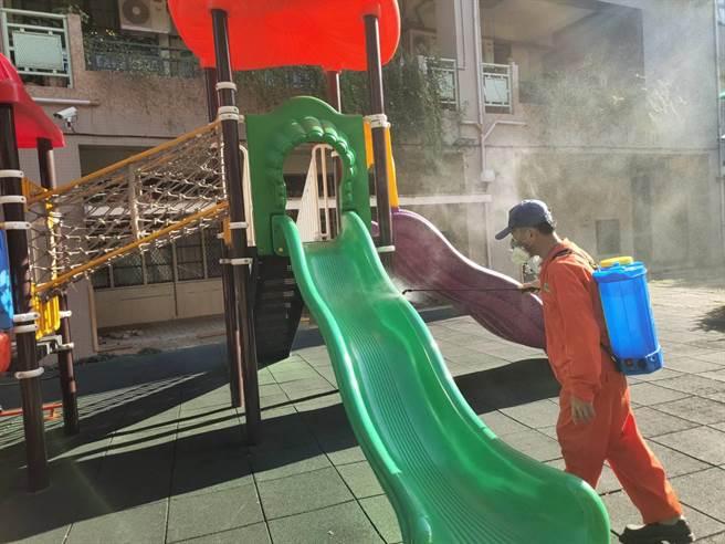 新竹市政府提高防疫整備,17日起協同環保局全面消毒全市公、私、國立共64校環境。(陳育賢攝)