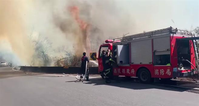21日中午台14甲線20.6K翠峰傳山林火警,目前消防隊全力搶救中。(仁愛警分局提供/黃立杰南投傳真)