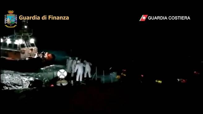 难民船只翻覆 义大利救起45人。(图/路透)
