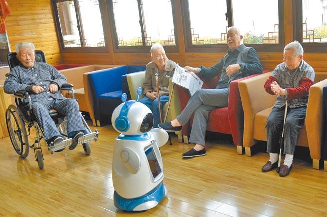 老人們和機器人保姆在聊天。圖/中新社