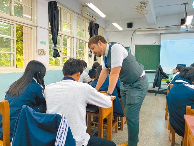 中正高中與美國費爾蒙特中學簽署雙聯學制,圖為外師指導雙聯學制班級學生。(中正高中提供/李侑珊台北傳真)