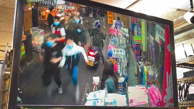 宜蘭市東門夜市19日晚間發生當街持刀追逐砍人事件,最後警方逮捕4名嫌犯。(胡健森攝)