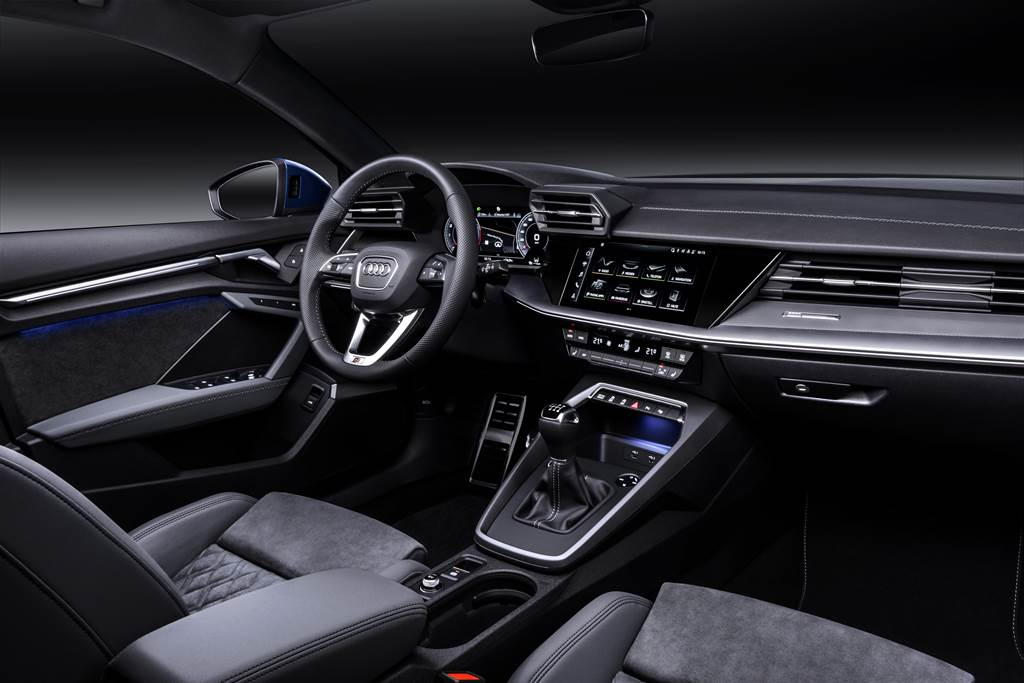 Audi A3 Sportback搭載新世代數位駕駛座艙,搭配10.1吋MMI中控觸控螢幕附手寫辨識功能,以及Audi智慧型手機介面等功能。
